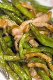 Bandes chinoises de poulet de nourriture avec les haricots verts images stock
