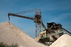 Bandes de conveyeur dans une carrière de sable image stock