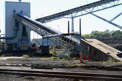 Bandes de conveyeur résistantes dans une cour de charbon Photographie stock libre de droits