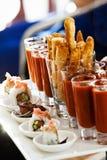 Bandes de poulet avec des petits pains de la Californie de sushi de tomate de piments de tireur photos libres de droits