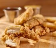 Bandes de poulet frit d'aliments de préparation rapide étroitement vers le haut Photographie stock