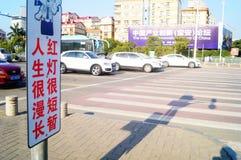 Bandes dessinées réglées d'intersection du trafic et langue humoristique pour persuader des piétons de ne pas courir une lumière  Photographie stock