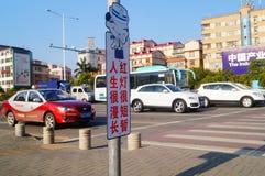 Bandes dessinées réglées d'intersection du trafic et langue humoristique pour persuader des piétons de ne pas courir une lumière  Photographie stock libre de droits