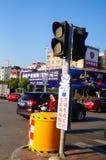 Bandes dessinées réglées d'intersection du trafic et langue humoristique pour persuader des piétons de ne pas courir une lumière  Photo stock