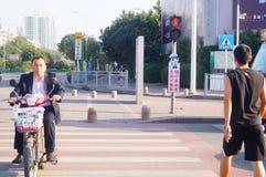Bandes dessinées réglées d'intersection du trafic et langue humoristique pour persuader des piétons de ne pas courir une lumière  Photos stock
