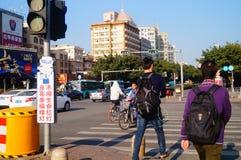 Bandes dessinées réglées d'intersection du trafic et langue humoristique pour persuader des piétons de ne pas courir une lumière  Image libre de droits