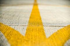 Bandes jaunes de direction sur une piste d'aérodrome Photo libre de droits