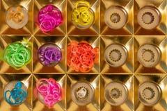 Bandes ?lastiques de silicone dans diff?rentes couleurs pour les bracelets de tressage Cr?ativit? d'enfant, passe-temps, fait mai photographie stock