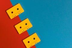 Bandes magnétique pour enregistrement sonore jaunes sur la surface bleue et rouge, vue supérieure Co créative image stock