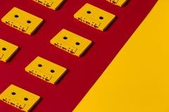 Bandes magnétique pour enregistrement sonore jaunes sur la surface rouge et jaune, vue supérieure créateur photo libre de droits