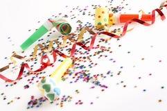 Bandes rouges et d'or et petits confettis colorés Photos stock