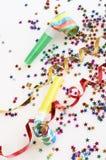 Bandes rouges et d'or et petits confettis colorés Image stock