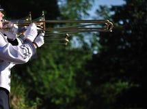 bandet ståtar aktörer som leker trombones Arkivbild