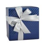 Bandgeschenk-Weihnachtsgeburtstag der blauen glänzenden Papierverpackungsgeschenkbox weißer lokalisiert Stockbilder
