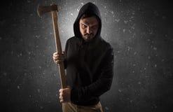 Bandido armado em uma sala escura vazia foto de stock