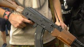 Bandido com as armas em sua mão, hooligan armado da rua, participante em protestos maciços vídeos de arquivo