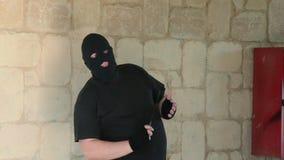 Bandido en el pasamontañas ambushing con el cuchillo metrajes