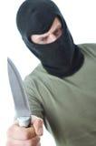 Bandido en pasamontañas con el cuchillo aislado foto de archivo