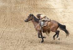 Bandido que monta seu cavalo imagens de stock royalty free