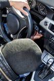Bandido que roba un coche. foto de archivo libre de regalías