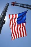 Bandiera americana che appende sulle gru Immagini Stock Libere da Diritti