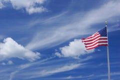 Bandiera americana che ondeggia con il cielo blu Immagini Stock