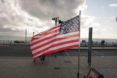 Bandiera americana che ondeggia nel lungomare di Brighton Immagine Stock