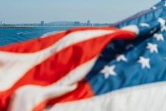 Bandiera americana che ondeggia sopra l'oceano immagine stock libera da diritti