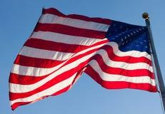 Bandiera americana che soffia nel vento Immagini Stock