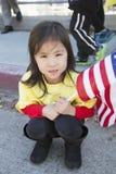Bandiera americana cinese delle tenute della ragazza, 115th Dragon Parade dorato, nuovo anno cinese, 2014, anno del cavallo, Los  Immagini Stock Libere da Diritti