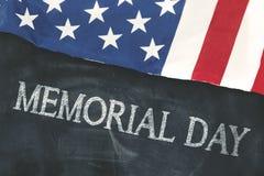 Bandiera americana con il testo di Giorno dei Caduti sulla lavagna Fotografia Stock Libera da Diritti