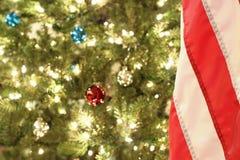 Bandiera americana con l'albero di Natale Fotografie Stock
