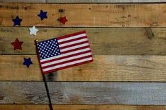 Bandiera americana con le stelle rosse, bianche e blu Immagini Stock Libere da Diritti