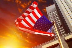 Bandiera americana contro cielo blu luminoso Immagine Stock