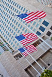 Bandiera americana davanti ad edificio alto Immagini Stock Libere da Diritti