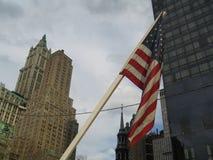Bandiera americana davanti al centro di commercio mondiale Immagini Stock Libere da Diritti