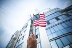Bandiera americana della holding della mano Fotografia Stock Libera da Diritti