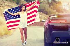 Bandiera americana della tenuta della donna Fotografia Stock Libera da Diritti