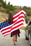 Bandiera americana della tenuta della donna Fotografia Stock