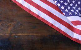 Bandiera americana di stelle e strisce su fondo di legno rustico Immagini Stock Libere da Diritti