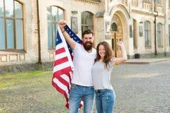 Bandiera americana di U.S.A. delle coppie Spirito patriottico Priorit? bassa del grunge di indipendenza Day Tradizione americana  fotografie stock libere da diritti