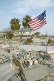 Bandiera americana e casa distrussa Fotografie Stock Libere da Diritti
