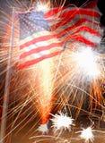 Bandiera americana e fuochi d'artificio Fotografie Stock Libere da Diritti