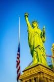 Bandiera americana e statua della libertà di Las Vegas sul cielo Fotografie Stock