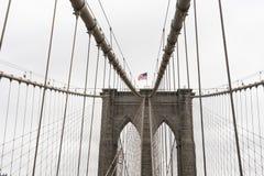 Bandiera americana nell'esposizione sul ponte di Brooklyn fotografia stock