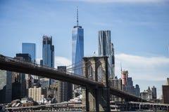Bandiera americana nell'esposizione sul ponte di Brooklyn fotografia stock libera da diritti