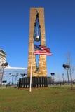 Bandiera americana nella parte anteriore del memoriale dell'11 settembre Fotografia Stock Libera da Diritti