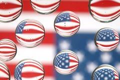 Bandiera americana riflessa nelle gocce di acqua Fotografie Stock Libere da Diritti