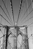 Bandiera americana sopra il ponte di Brooklyn famoso Immagini Stock