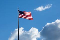 Bandiera americana - stella e bande che galleggiano sopra un cielo blu nuvoloso Immagini Stock Libere da Diritti